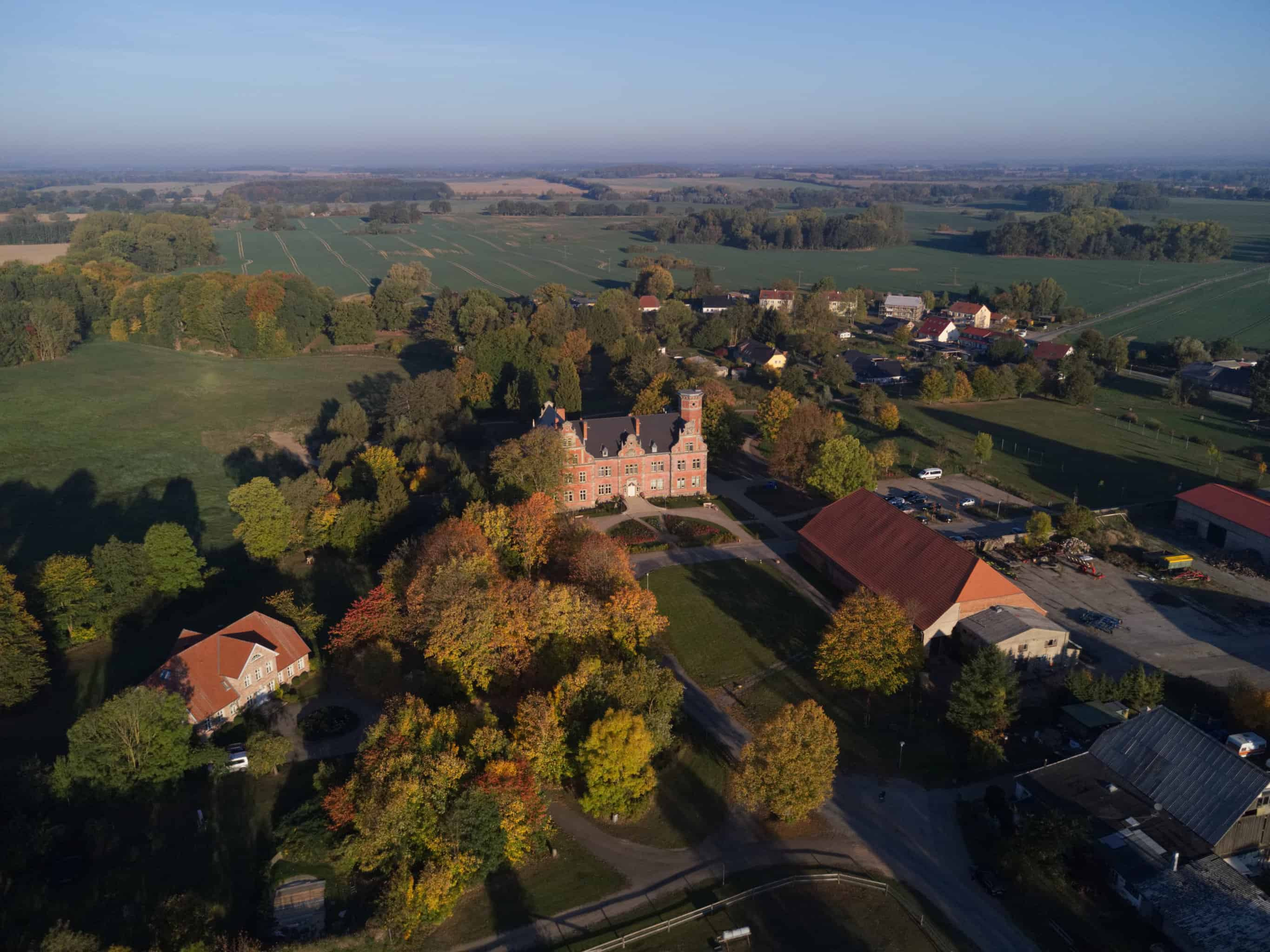 Schloss Bernstorf aus der Luft - Herbst 2018